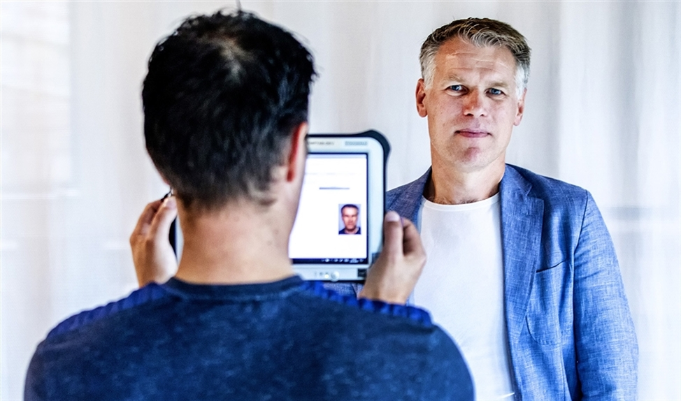 Algemeen directeur Marco van der Klij wordt gescand met een speciale tablet.  (Raymond Rutting)