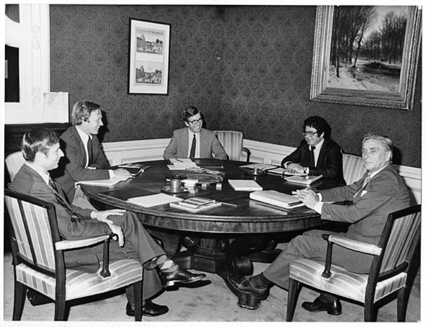 208 dagen duurde de langste formatie sinds de Tweede Wereldoorlog, in 1977, die uiteindelijke leidde tot Van Agt I (en niet tot Den Uyl II). Aan tafel in het gebouw van de Raad van State: Dries van Agt (CDA), Jan Terlouw (D66) en Ed van Thijn (PvdA). In het midden secretaris Herman Tjeenk Willink, rechts kabinetsinformateur Gerard Veringa.  (anp)