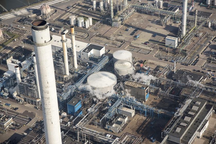 Zware industrie in het Botlekgebied bij Rotterdam. Nederland telt relatief veel klimaatonvriendelijke industrie vanwege de lage energiebelasting.  (anp / Peter Bakker)