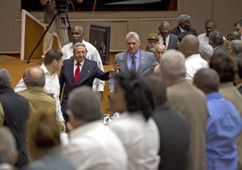 De oude president Raúl Castro (links) en zijn opvolger Miguel Díaz-Canel.  (epa)