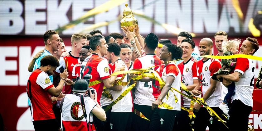 Spelers van Feyenoord met de Gouden KNVB-beker tijdens de huldiging. Feyenoord versloeg vorig jaar AZ in De Kuip met 3-0.  (Jerry Lampen / anp)