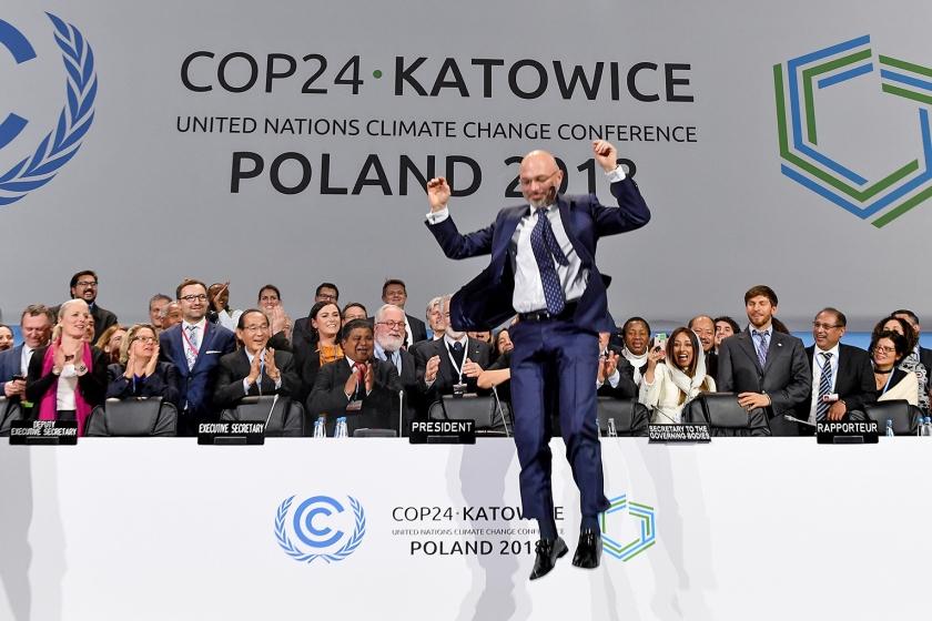 Michael Kurtyka, voorzitter van de klimaattop, springt na de laatste sessie van de vergadertafel af.  (afp / Janek Skarzynski)