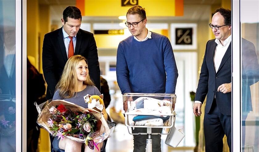 Minister Wouter Koolmees van Sociale Zaken en Werkgelegenheid loopt in het Maasstad Ziekenhuis samen met Jeffrey en Linda van der Stelt naar de balie om aangifte te doen van de geboorte van hun baby Nathan. Jeffrey was een van de eerste vaders die vijf dagen betaald verlof kreeg bij de geboorte van zijn kind. De nieuwe wet is 1 januari ingegaan.  (anp / Remko de Waal)