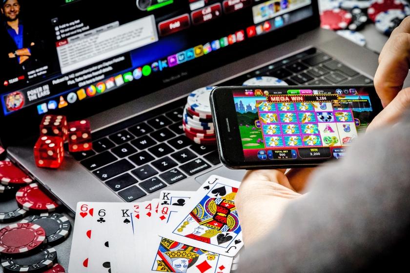 Het legaliseren van online gokken zal de toegankelijkheid voor veel mensen vergroten, zegt hoogleraar gedrags-wetenschappen Arie Dijkstra van de Rijksuniversiteit Groningen.  (anp / Rob Engelaar)