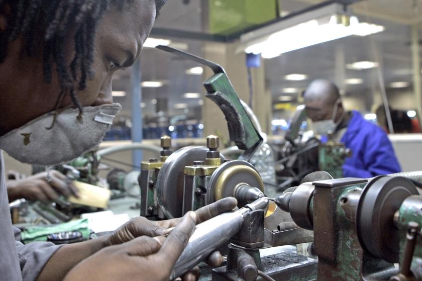 Werknemers zijn bezig met het kloven en slijpen van diamanten in een fabriek in Gaborone, Botswana.  (ap / Themba Hadebe)
