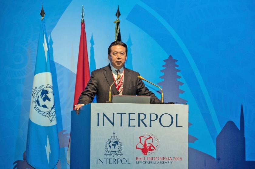 Meng Hongwei spreekt op Bali in 2016. Hij is in China opgepakt voor corruptie en is afgetreden als topman van Interpol.  (ap)