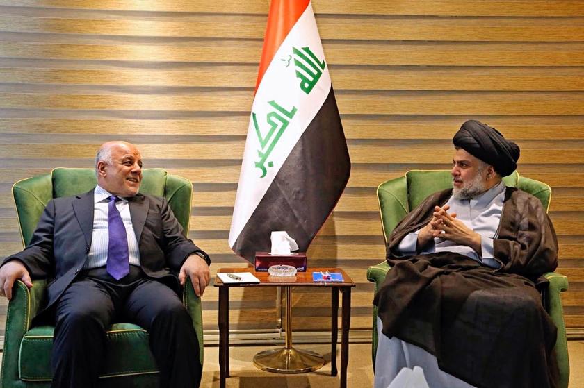 Moqtada al-Sadr (rechts), door zijn vijanden steevast een 'stokebrand' genoemd, op bezoek bij premier Haider al-Abadi voor de start van de formatie.  (ap)