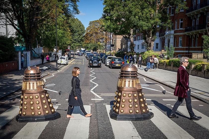Daleks in een hedendaagse versie van Doctor Who. Ze lopen met acteurs over een zebrapad, zoals The Beatles dat ooit deden.  (beeld)