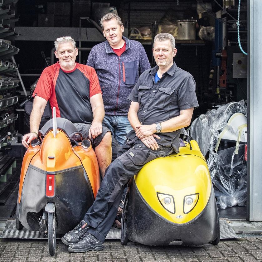 Van links af Erwin, André en Arjan Vrielink van Flevobikes bij hun ligfietsen.   (Raymond Rutting)