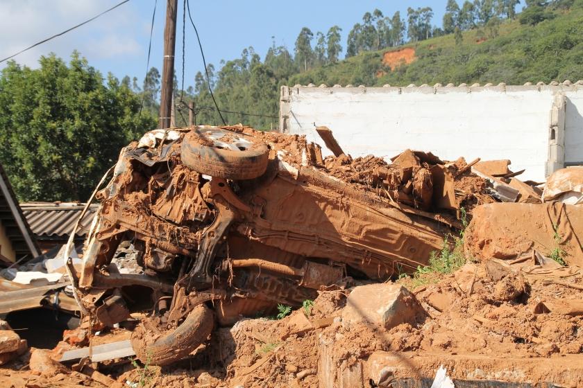 Een auto, meegesleurd met een modderstroom veroorzaakt door cycloon Idai. De Zimbabwanen proberen nu hun dorpen weer op te bouwen.  (nd)