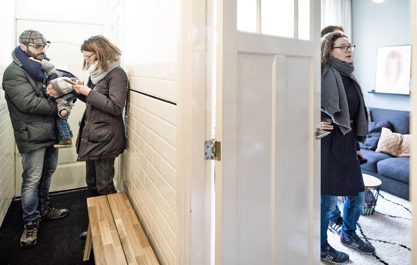Potentiële kopers bezichtigen een huis in Haarlem.  (Freek van den Bergh)