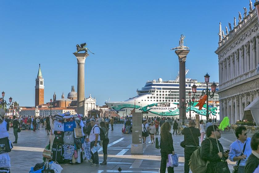 Een groot cruiseschip vaart vlak langs het beroemde San Marcoplein in Venetië. Dat mag straks niet meer.  (istock)