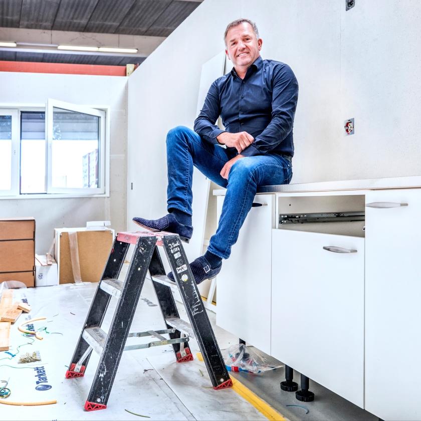 Directeur Harry van Zandwijk van de firma Jan Snel in een prefab woningonderdeel.  (Raymond Rutting)
