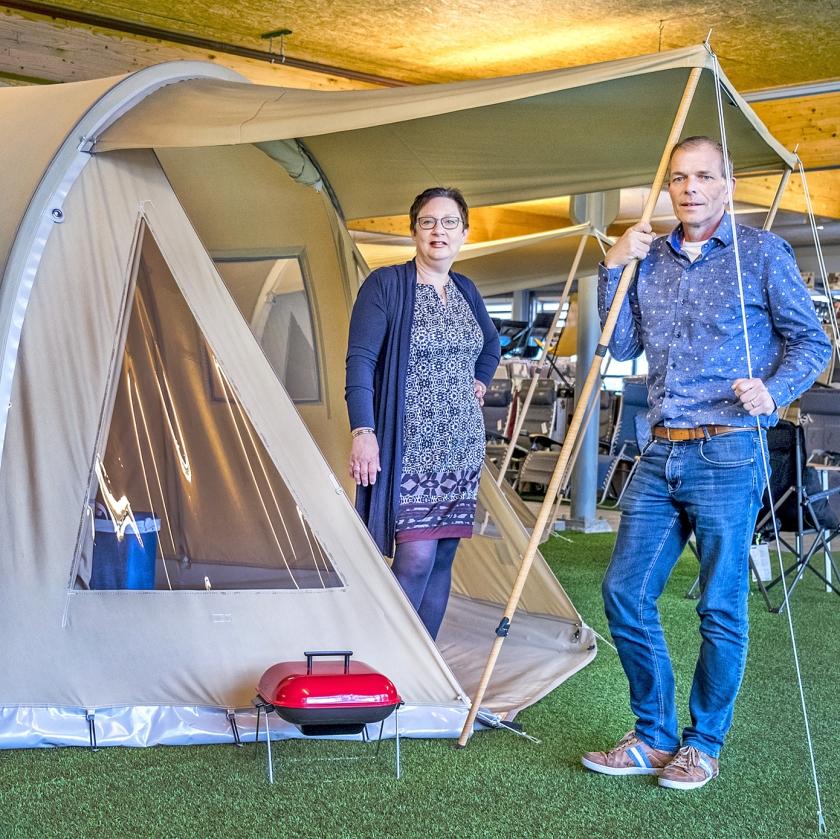 Marie-José en Maarten Takken bij een van hun opblaasbare tenten.  (Raymond Rutting)
