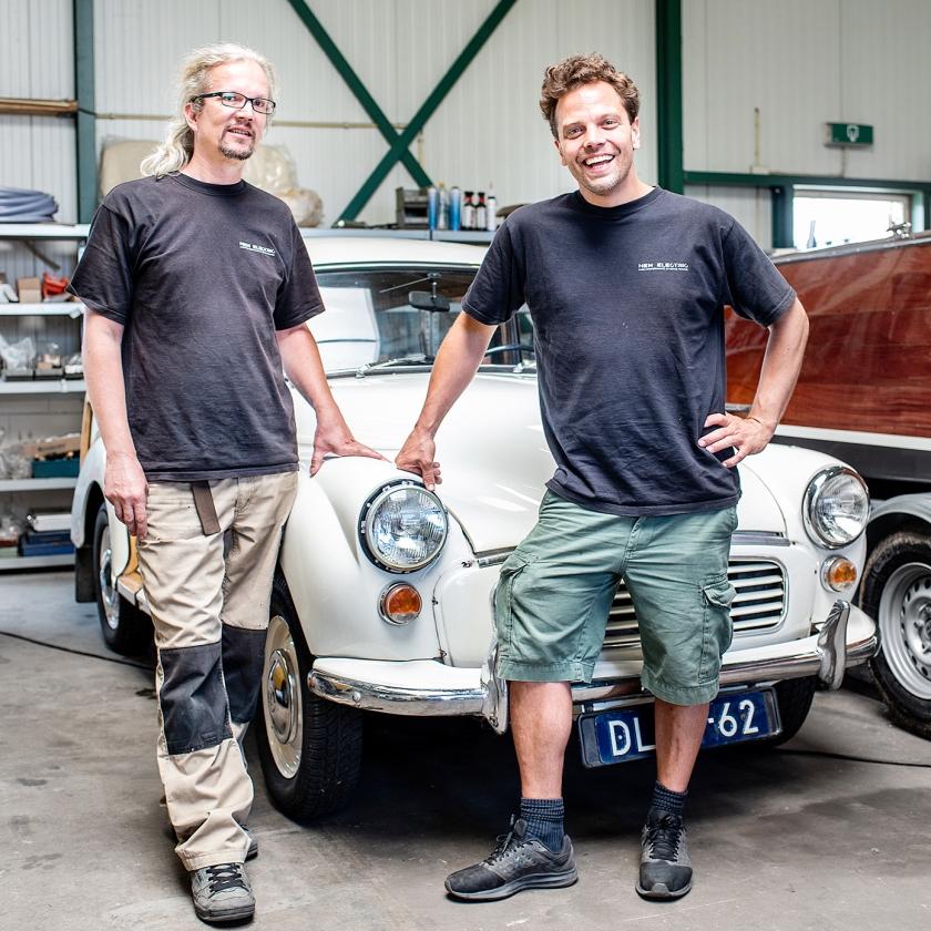 Eigenaars Mischa Bauman (links) en Anne Kloppenborg bij een omgebouwd voertuig.   (Simon Lenskens)