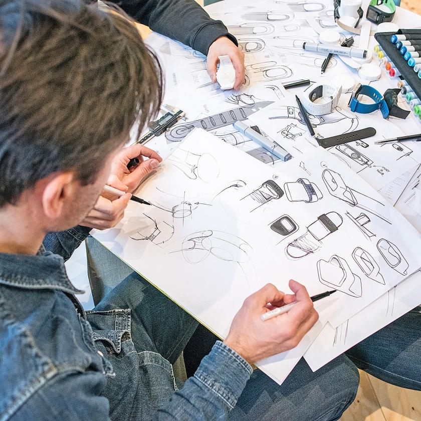Werknemers rond de tekentafel op het kantoor van VanBerlo in Eindhoven.   (Simon Lenskens)