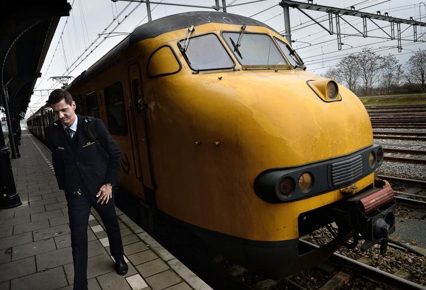 Nijmegen, zaterdag: de machinist verlaat de trein na zijn allerlaatste rit met een Mat'64 of Apekop.  (Marcel van den Bergh)