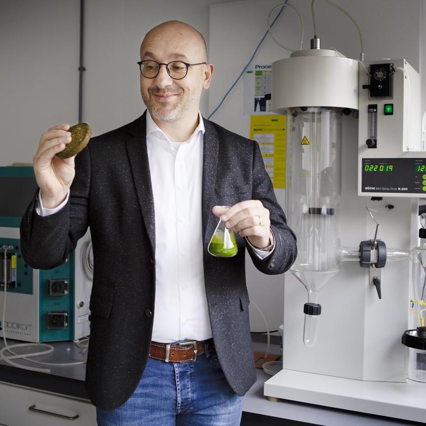 Marcel Oogink van Duplaco met in zijn rechterhand de algen-quinoaburger en in zijn linker de algendrap.   (Pauline Niks)