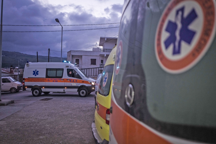 Ambulancebroeders Lampros Apostolidis en Vangelis Kiassos komen aan bij het ziekenhuis op Samos. Voor de andere twee ambulances op het eiland is geen personeel.  (Nicola Zolin)