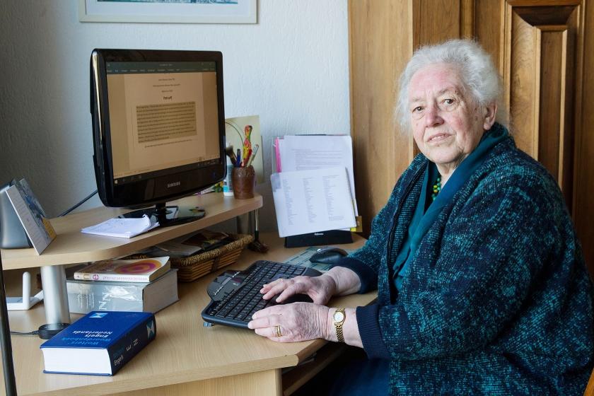 De 82-jarig Gerda van Velzen corrigeert teksten voor het journalistieke bureau van haar dochter.  (Anton Dommerholt)