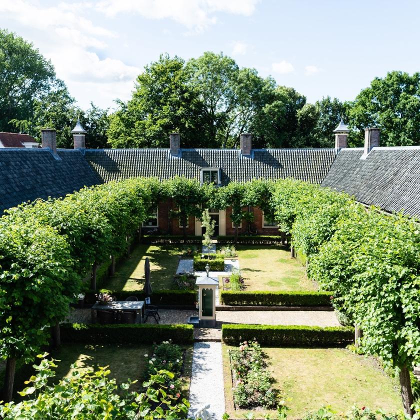 De binnentuin van het Wildemanshofje in Alkmaar.   (Katja Poelwijk)