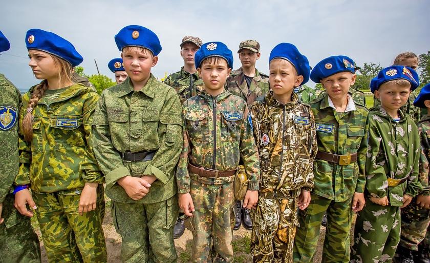 Leden van de eerste jeugdbrigade bij de lancering van het 'Joenarmija' (Jonge Leger) in Jaroslavl op 22 mei. De kinderen leren onder meer een automatisch geweer in elkaar te zetten en uit elkaar te halen.  (Alexander Khitrov)