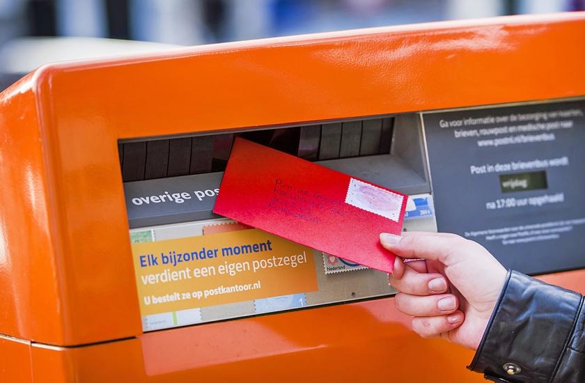Als de nieuwe postcodes op 15 januari ingaan, zal PostNL nog een half jaar ook de post met de oude postcode blijven bezorgen.  (/ Remko de Waal)