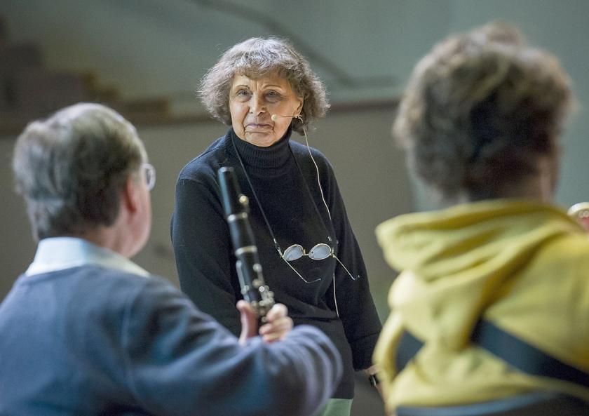 De Russische componist en docent Sofia Gubaidulina geeft les aan studenten van het conservatoriun van de Noord-Duitse stad Lübeck.  (ap / Olaf Malzahn)