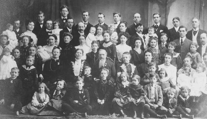 De familie van Joseph Smith III (met baard), zoon van Joseph Smith jr., op een foto uit 1904.  (utah state historical society)