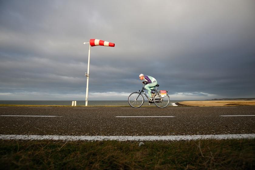 250 fietsers trotseerden zondag de wind, op een herenfiets met terugtraprem, tijdens het NK Tegenwindfietsen op de Oosterscheldekering. De winnaar van de derde editie van het evenement deed 19.15 minuten over de 8,5 kilometer.  (anp / Bas Czerwinski)