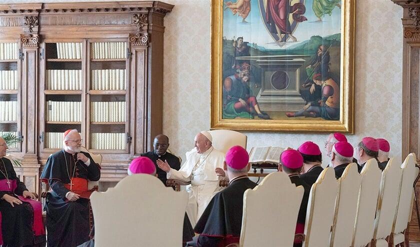 Begin november was een groep Amerikaanse bisschoppen op bezoek bij paus Franciscus.  (epa / vatican media en Jim Lo Scalzo, afp / osservatore romano)