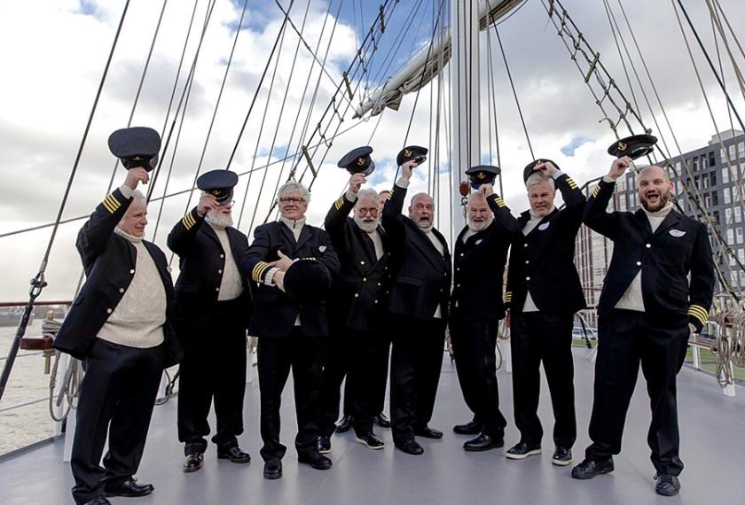 Kapitein Iglo-kandidaten poseren voor een groepsfoto aan boord tijdens de selectiedag voor een nieuwe kapitein op de driemaster-zeilboot Abel Tasman.  (anp kippa / Sander Koning)