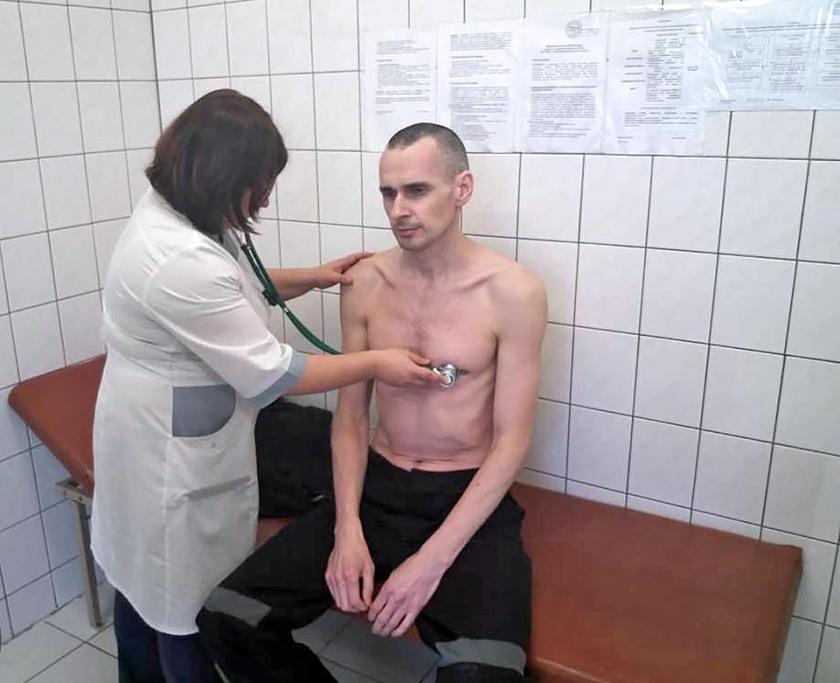 Oleg Sentsov tijdens een medisch onderzoek in de gevangenis.  (afp)