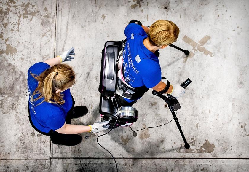 Een team van 23 studenten van de TU Delft presenteerde dinsdag een nieuw exoskelet, de March IV.  Met dit bionische skelet kan Sjaan Quirijns, die al negentien jaar in een rolstoel zit vanwege een complete dwarslaesie, opstaan, lopen en zelfs traplopen  (anp / Koen van Weel)