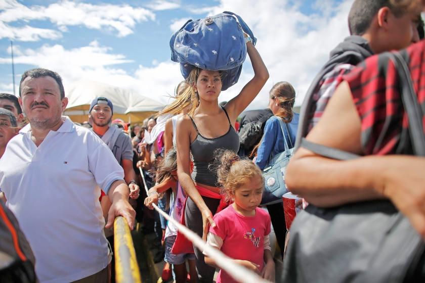 Venezolanen wachten aan de grens met Colombia tot ze het buurland binnen mogen om daar levensmiddelen en andere artikelen te kopen die in Venezuela zelf niet meer te krijgen zijn.  (ap / Ariana Cubillos)