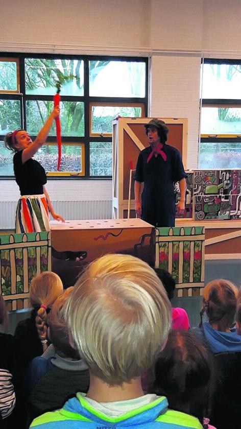Op basisschool De Horizon genoten de jongste groepen van een voorstelling van Boer Boris.   (nd en Erik Wallenburg)