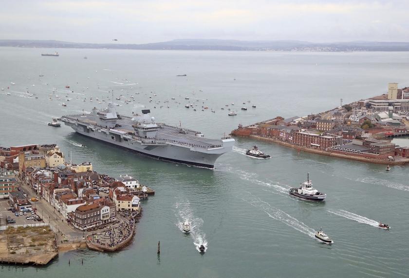 Het nieuwe vlaggenschip van Groot-Brittannië, HMS Queen Elizabeth, arriveert in Portsmouth. De ontvangst in haar nieuwe, Zuid-Engelse thuishaven was enthousiast. Veel mensen hadden zich langs de kade opgesteld om het 280 meter lange schip op de Portsmouth Naval Base te verwelkomen.  (ap / Gareth Fuller)
