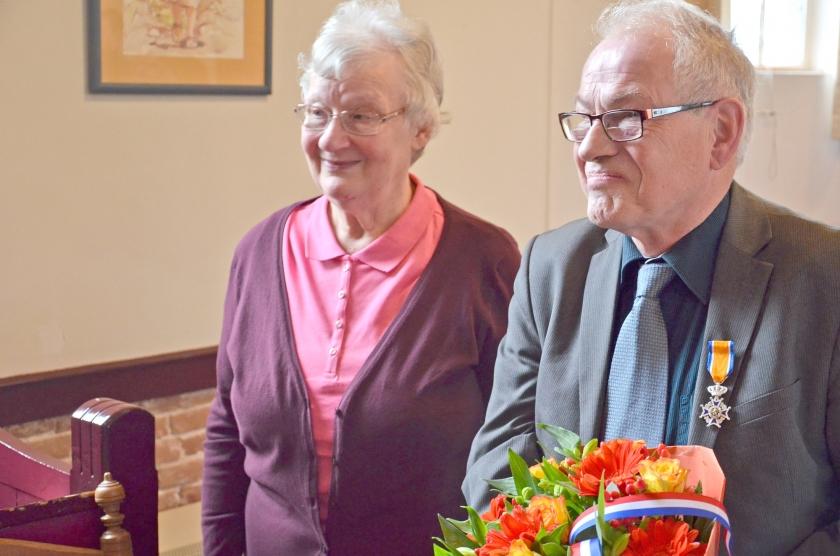 Johan Jansen samen met zijn vrouw tijdens de uitreiking van het lintje in de Nederlands Gereformeerde Kerk in Loosdrecht.  (nd)