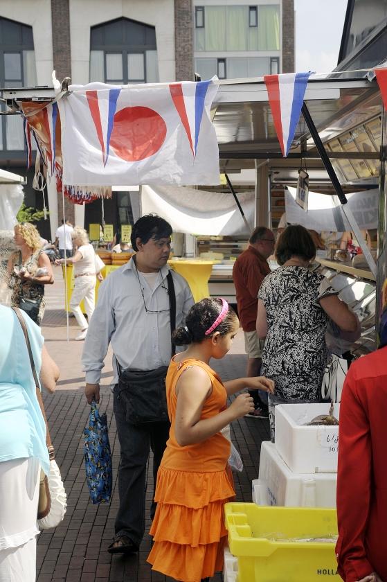 Een viskraam op het Amstelveense Stadsplein heeft elke vrijdag veel klandizie van Japanse expats (kennismigranten).  (hollandse hoogte / Paul van Riel)