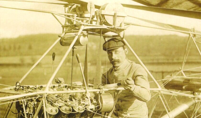 Fietsenmaker Paul Cornu op zijn vliegende fiets, het vervoermiddel dat later helikopter werd genoemd.  (familie Cornu)