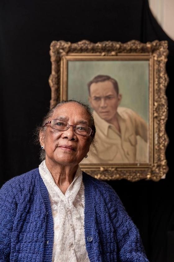 Josina Soumokil voor het portret van haar man Chris Soumokil. 'De predikant die mijn man begeleidde, heeft mij verteld dat de doodstraf daadwerkelijk zou worden uitgevoerd omdat er geen reactie kwam.'   (Sjaak Verboom)