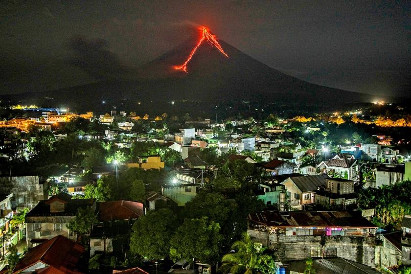 Nadat de vulkaan Mayon de afgelopen dagen opnieuw aswolken de lucht in spuwde en er lava uit de vulkaan stroomde, zijn meer dan negenduizend mensen uit de omgeving geëvacueerd. De vulkaan Mayon ligt in het zuiden van het Filipijnse eiland Luzon en is erg actief. De meest verwoestende uitbarsting van de vulkaan vond plaats in 1814. Hierbij kwamen 1200 mensen om het leven.  (ap / Dan Amaranto)