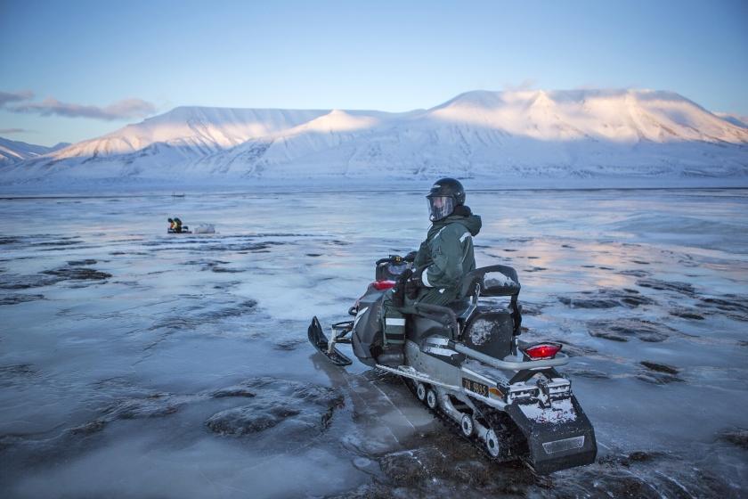 Een Russische toerist op een sneeuwscooter tussen Longyearbyen en Barentszburg, een barre tocht van vijf uur.  (Julius Schrank)