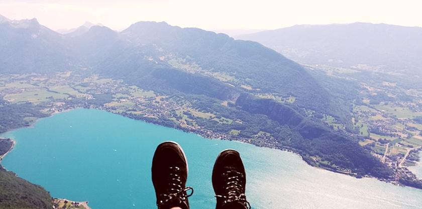 beeld Dick Hekman • Like an eagle ... paragliden boven het meer van Annecy.  (Dick Hekman Tjeerd Nanninga, Garmerwolde Hans Versteegt, Leerdam Wouter van Leeuwen Arjen de Jong)