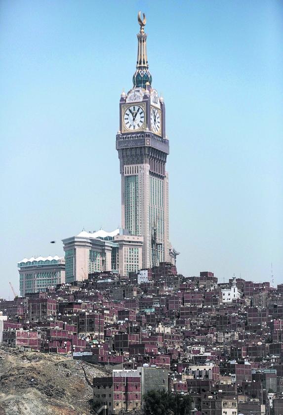 De hoogste klokkentoren met de grootste wijzerplaat ter wereld staat boven op de Abraj al-Bait-toren in Mekka (Saudi-Arabië). Het gevaarte van 601 meter hoog overschaduwt de krottenwijken in de stad.  (ap / Mosa'ab Elshamy)