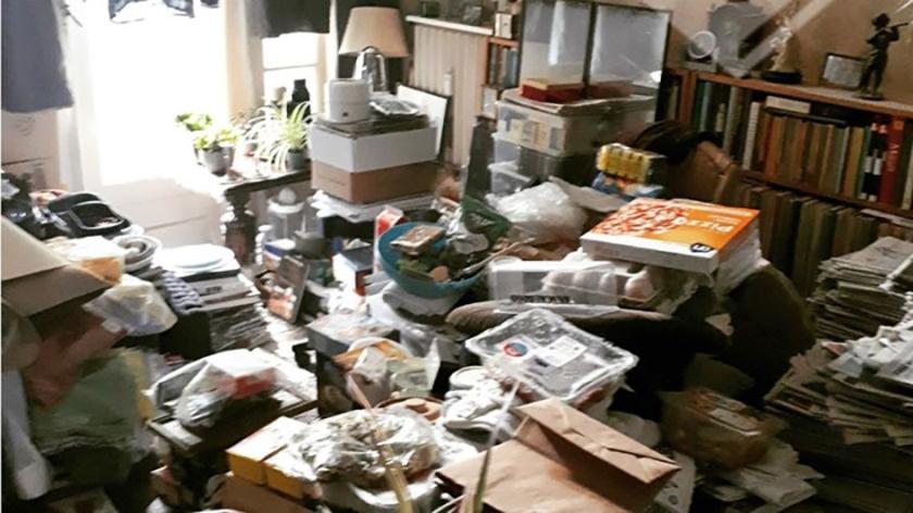 De politie in Den Haag trof een ware vuilnisbelt aan toen ze een huis binnenging.  (twitter wa zeeheldenkwartier)
