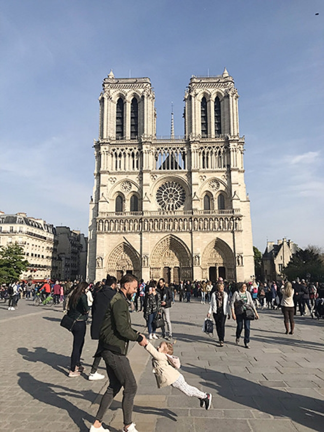 Viral: Waar is de vader op de foto van de Notre-Dame?   (twitter)