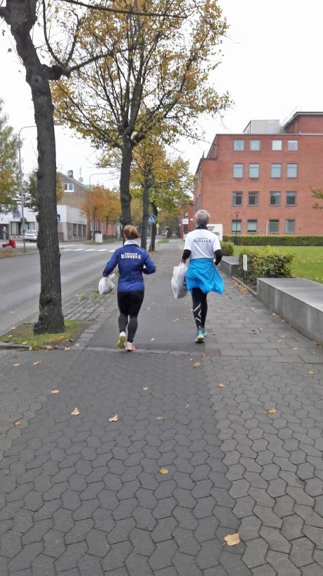 De naam plogging komt van plocka upp, Zweeds voor oprapen en jogging. Het is 'een nieuwe fitnessgekte'.  (swedenrunners)