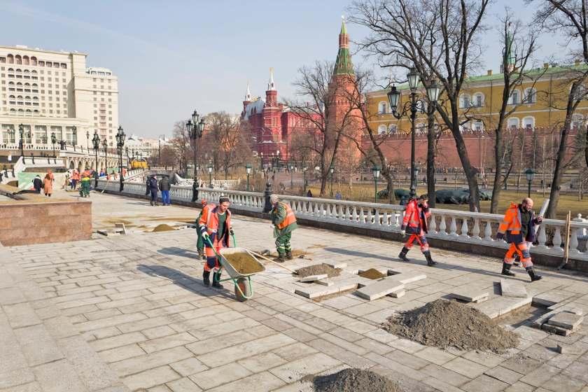 Stratenmakers werken aan de stoep in Moskou.  (ap / Alexander Zemlianichenko)