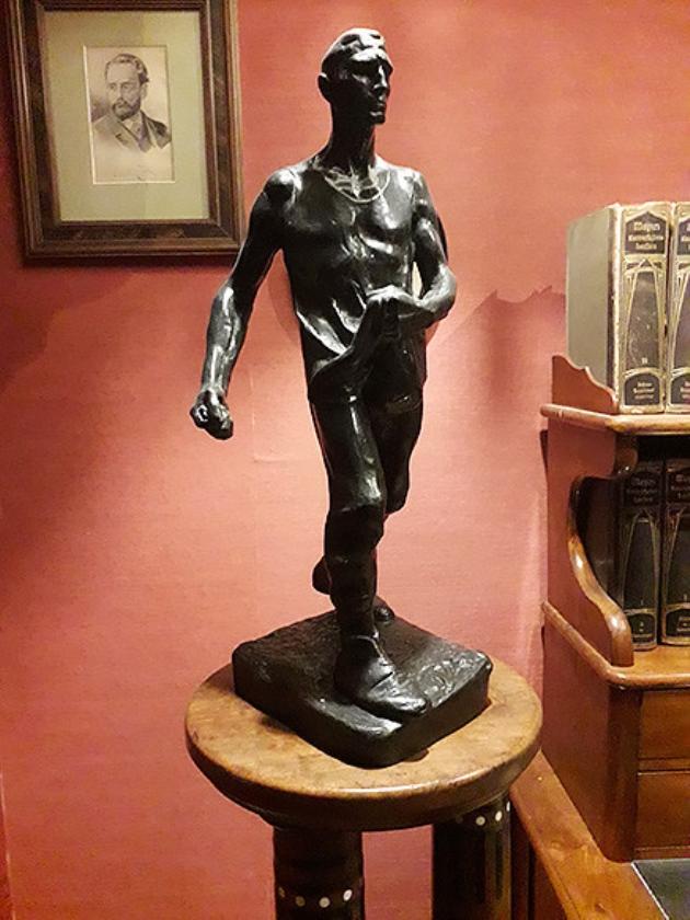 Bronzen beeldje 'de Zaaier' van Meunier dat Nieuwenhuis ooit cadeau kreeg.   (nd)